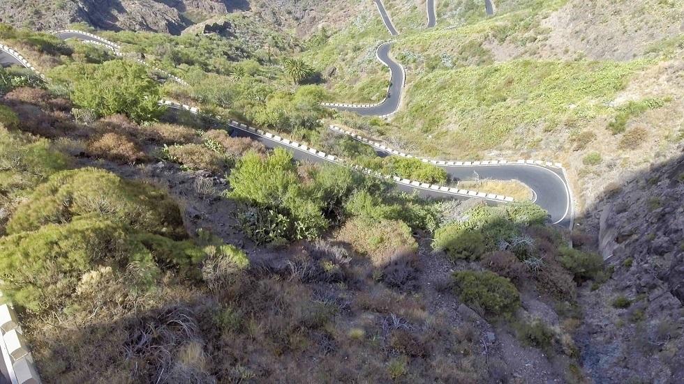 Route de montagne comprenant de nombreux virages en lacets