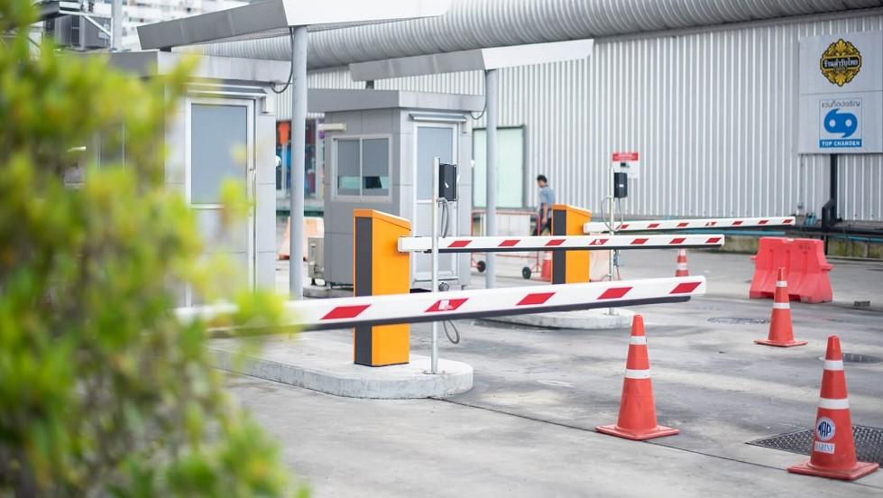 Barrieres automatiques devant un parking prive