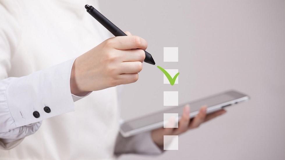 Candidate du code de la route repondant à un QCM sur tablette