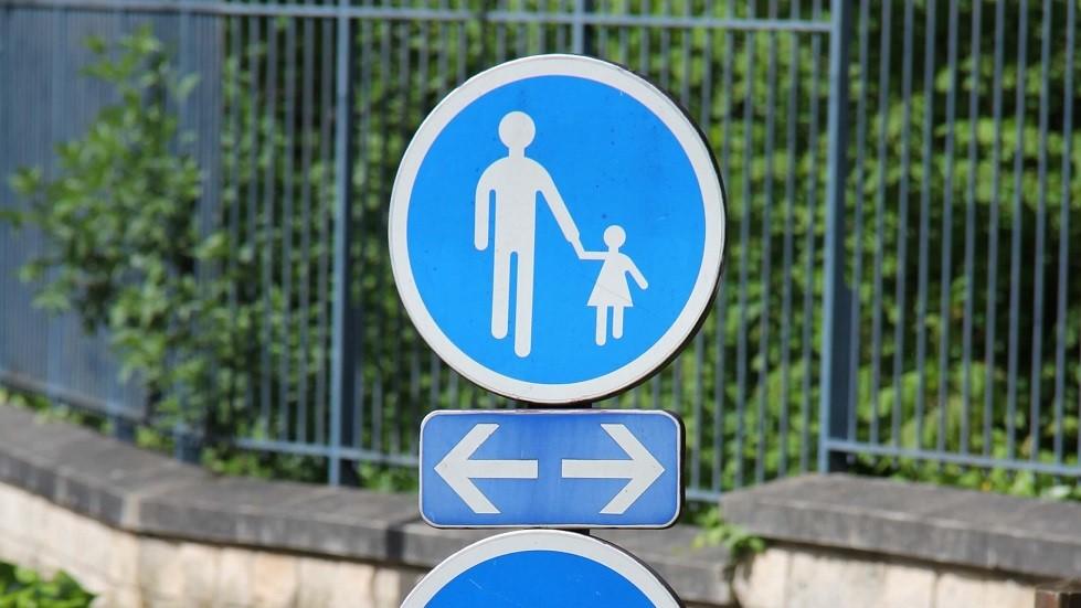Panneau de chemin obligatoire pour les piétons