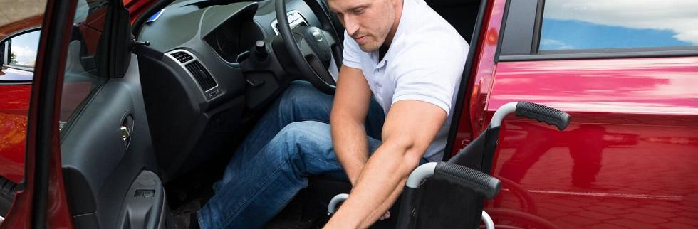 conducteur handicapé moteur montant dans son véhicule