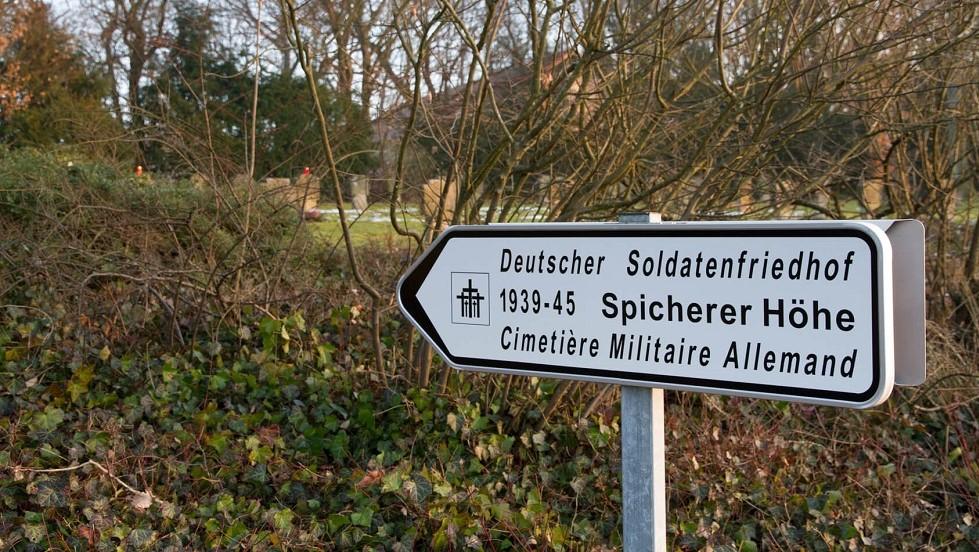 Panneau bilingue de cimetiere militaire allemand