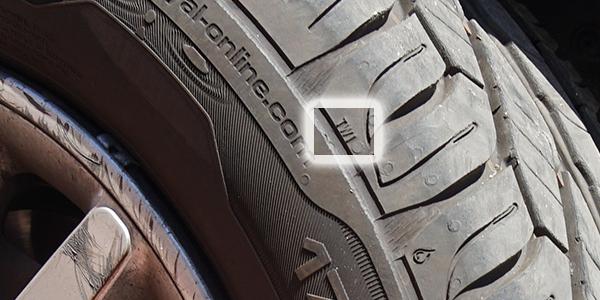 Témoin d'usure sur le flanc d'un pneu