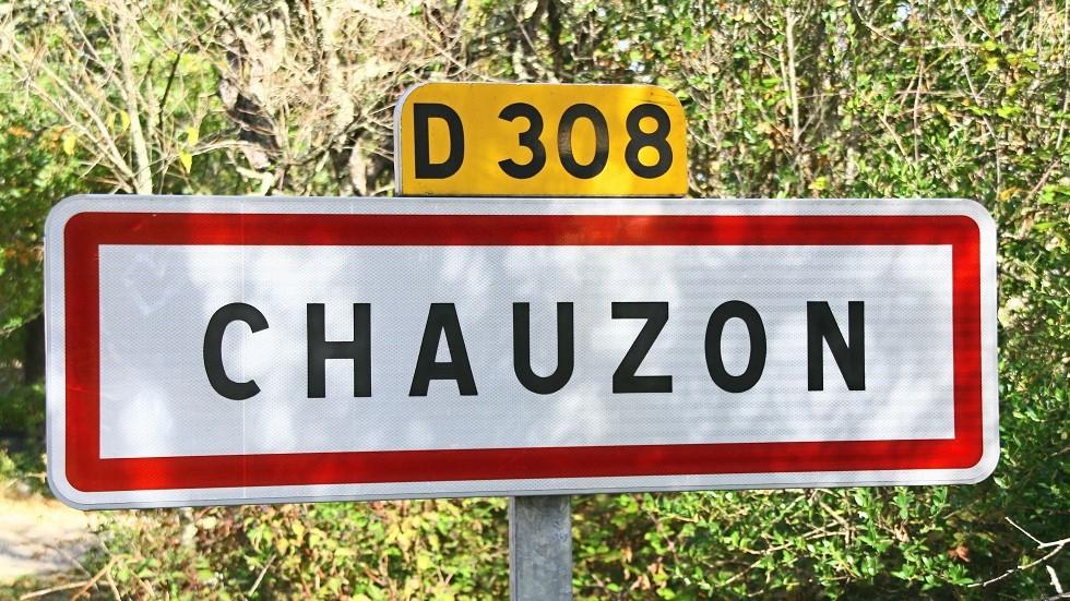 Panneau d'entree d'agglomeration dans la ville de Chauzon