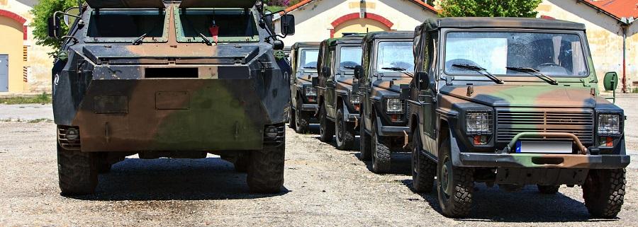 Regroupement de véhicules militaires