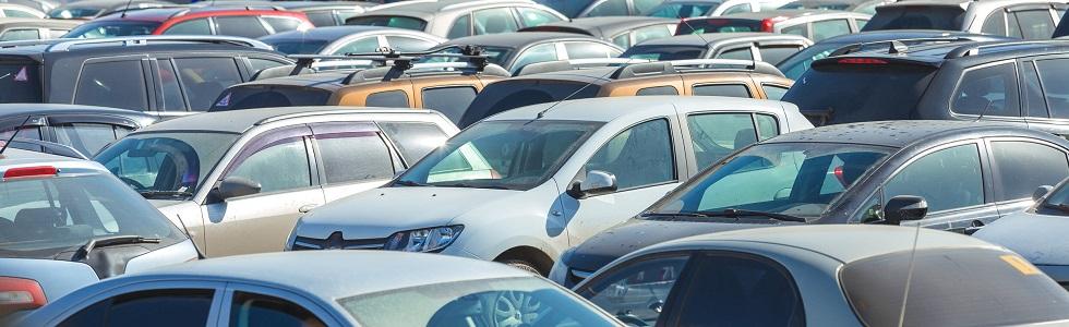 Photographie de voitures d'occasion garées dans le parking d'un concessionnaire