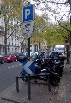 Photographie d'un parking comprenant une signalisation adaptée aux deux-roues.