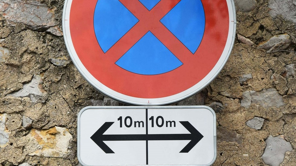Panonceau de direction mentionnant des distances de 10 metres