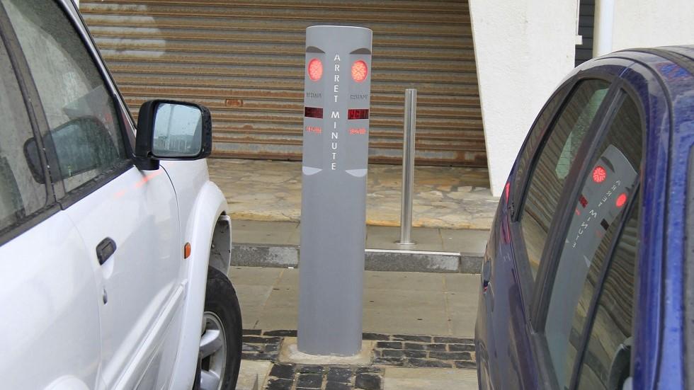 Borne des place de parking reservees aux arrets minute