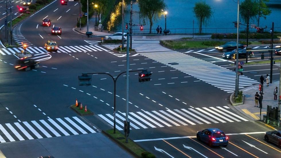 Intersection en pleine ville de nuit