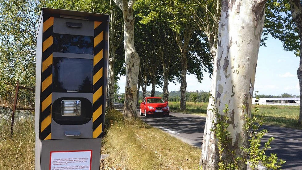 Automobile circulant au niveau d'un radar