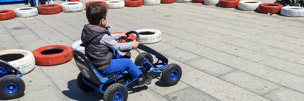 Enfant découvrant la sécurité routière