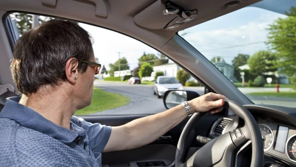 Automobiliste realisant ses verifications avant un virage a gauche