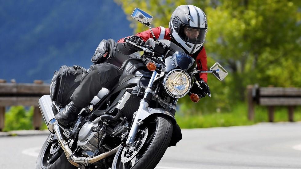 Conductrice circulant à moto sur une route de campagne