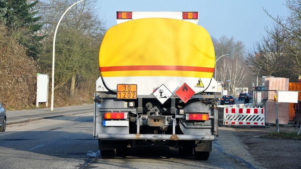 Plaques de signalisation d'n camion citerne transportant des matieres inflammables