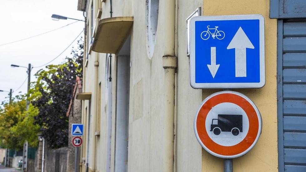 Panneau de double-sens cycliste et d'interdiction pour les camions