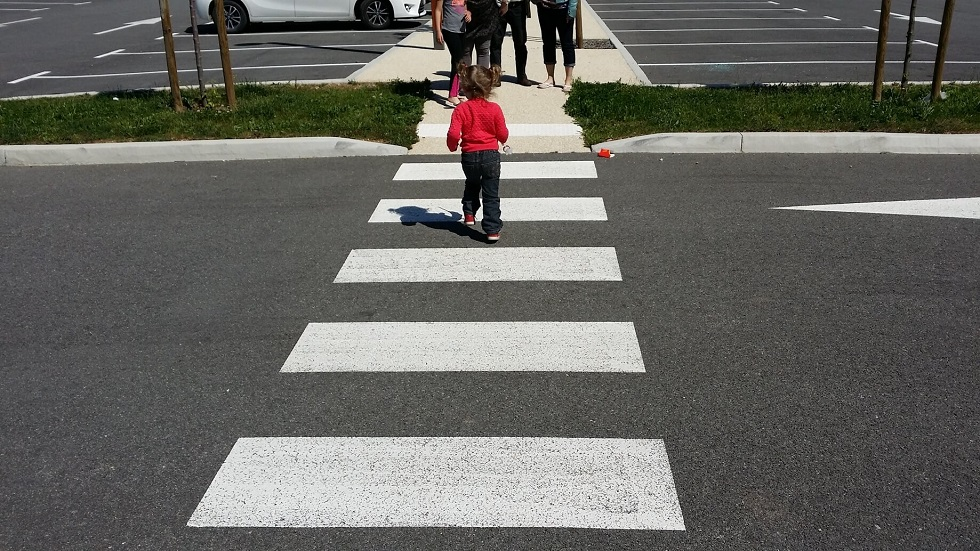 enfant traversant un passage pieton