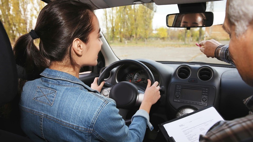 Candidate se formant a la conduite en vue de passer son examen pratique