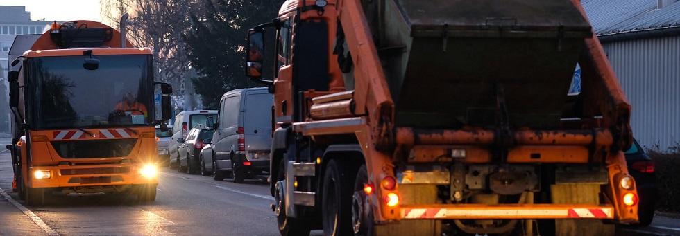 des véhicules lents se croisant dans une rue