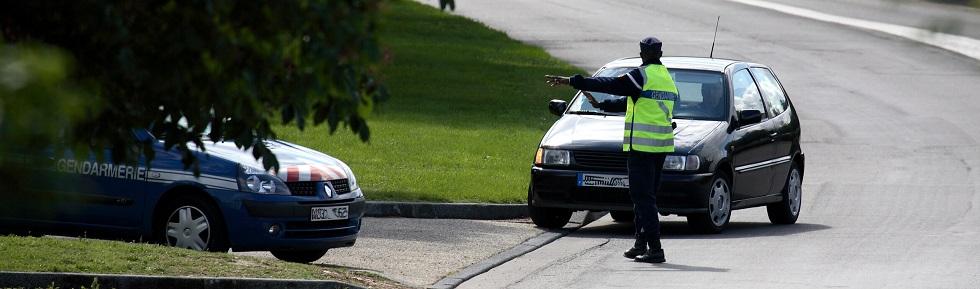 gendarme contrôlant un usager