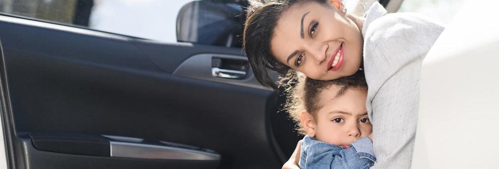 Photographie montrant une mère et une fille près de leur voiture stationnée