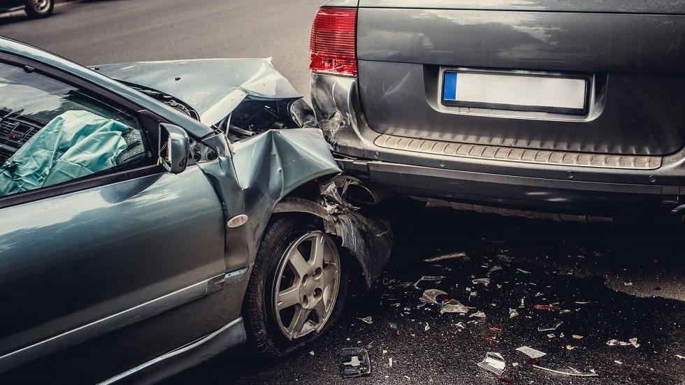 Collision entre deux voitures sur une route