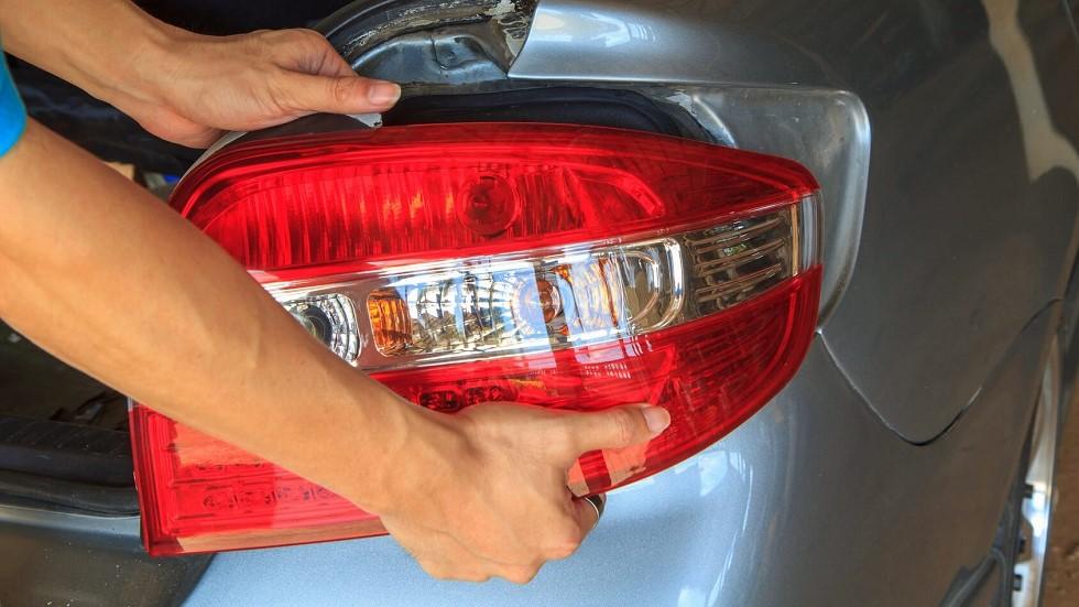 Changement des feux arrieres d'une automobile