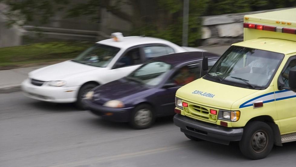 Taxi depasssant une automobile et une ambulance par la droite