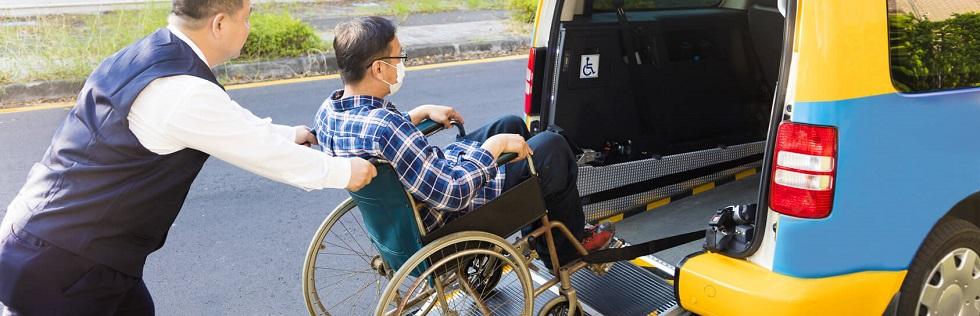 conducteur aidant un passager handicapé