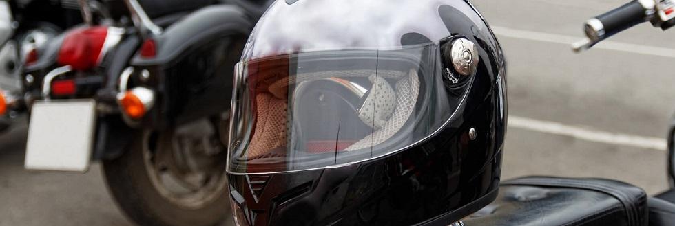 Photographie représentant un casque de sécurité pour motard sur une moto