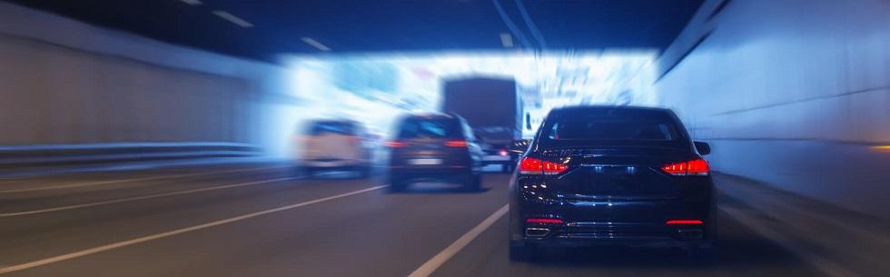 Différents véhicules sortant d'un tunnel