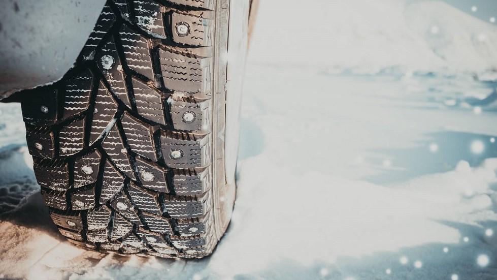 Voiture equipee de pneus a crampons