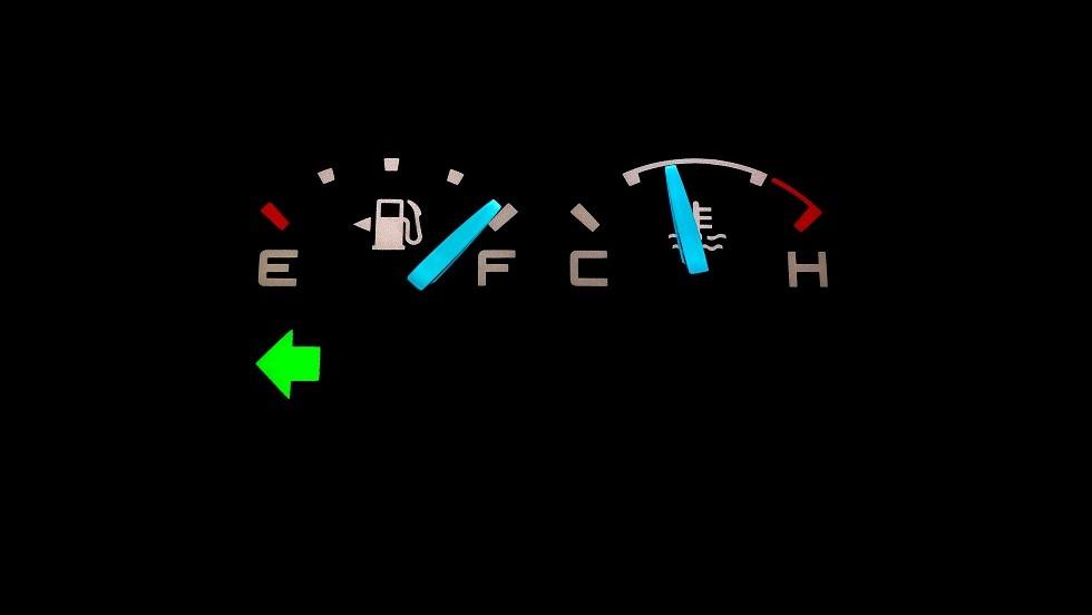 Symbole de clignotant pointant vers la gauche du tableau de bord d'une automobile