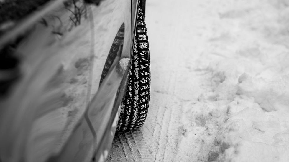 Automobile prenant un virage en hiver