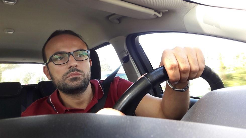 Conducteur braquant le volant de son vehicule