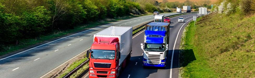 Des conducteurs circulant à gauche le long d'une autoroute anglaise