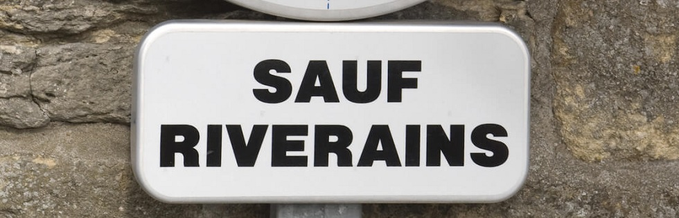 Panneau d 39 interdiction de stationner sauf riverains ornikar for Panneau interdiction de stationner devant garage