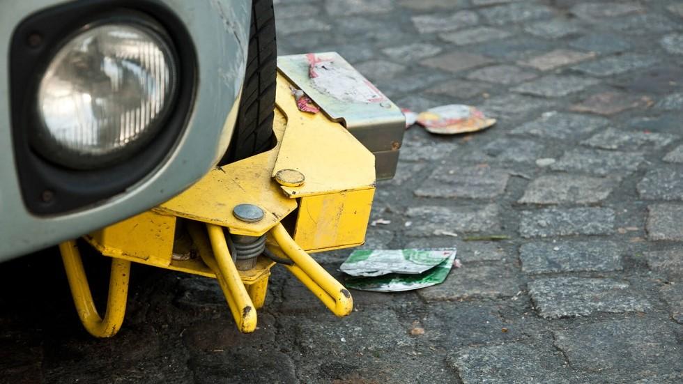 Automobile immobilisee par un sabot de police