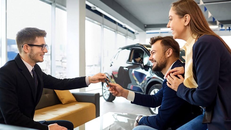 Couple achetant une automobile chez un concessionnaire