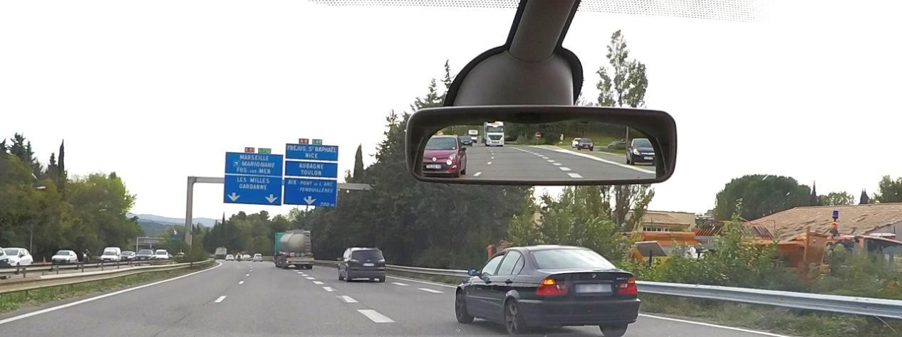Usager changeant de voie sur autoroute