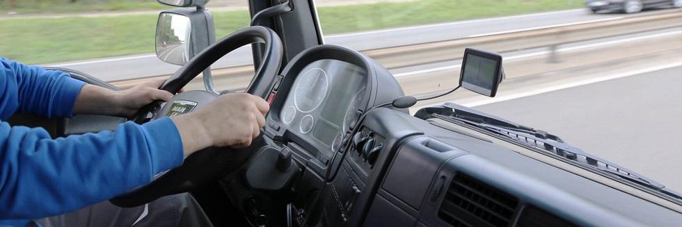photographie montrant un conducteur à l'intérieur de l'habitacle de son camion