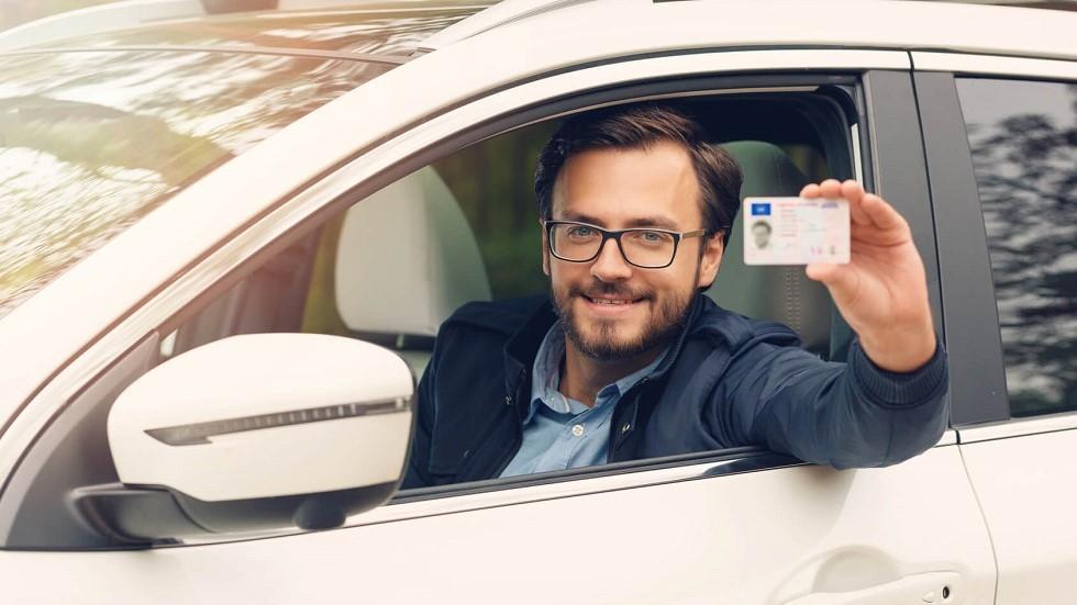 Jeune conducteur presentant son permis de conduire securise
