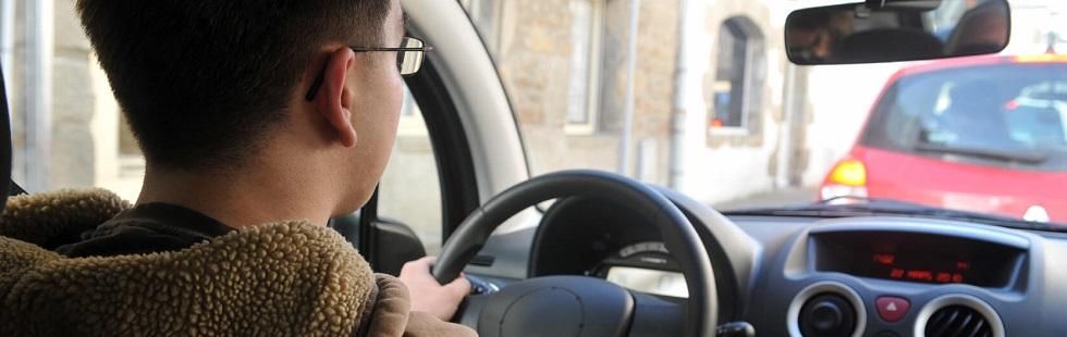 Jeune conducteur débutant son apprentissage de la conduite