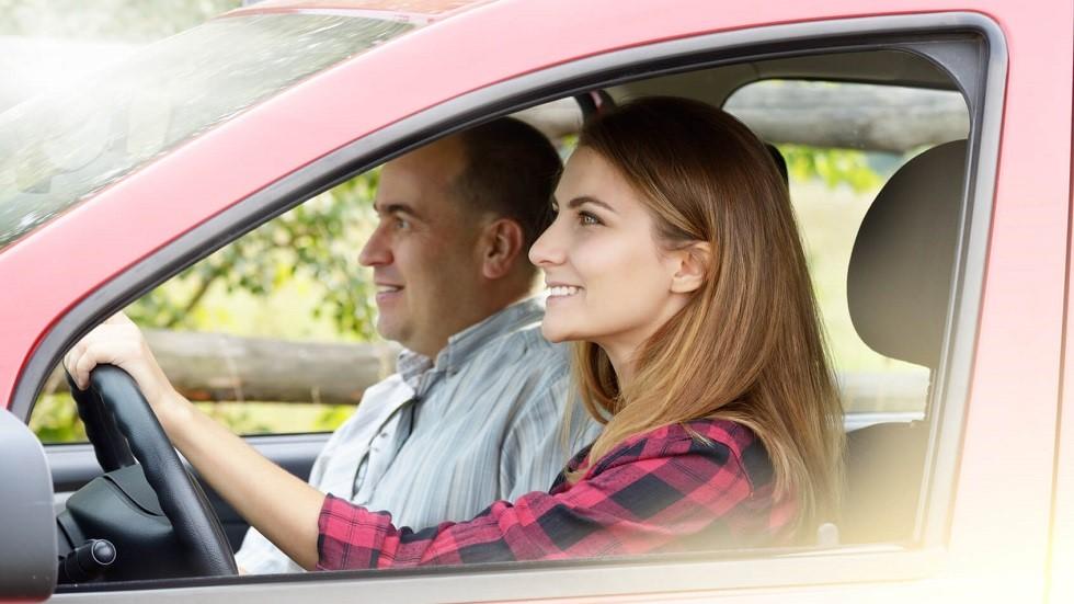Jeune conductrice suivant la conduite supervisee