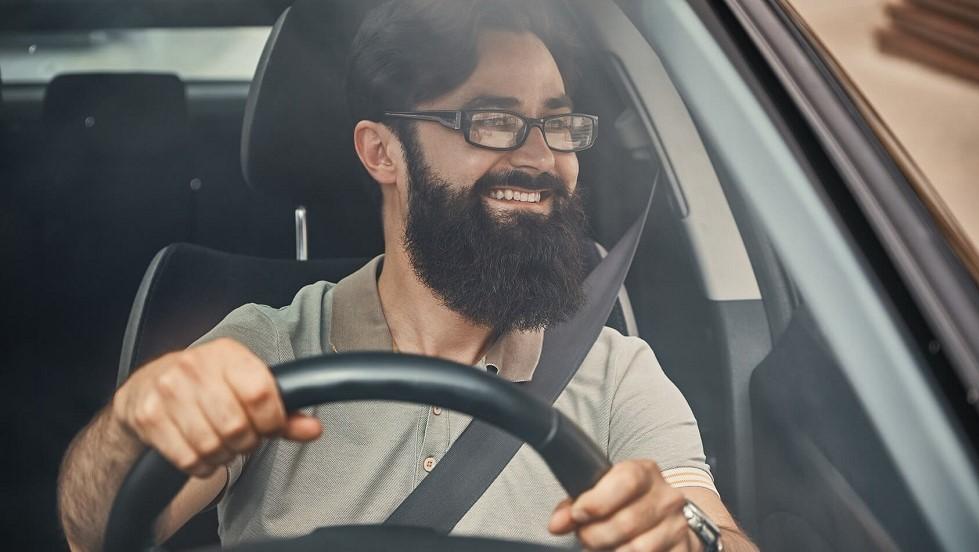 Conducteur realisant ses controles visuels au volant de son automobile
