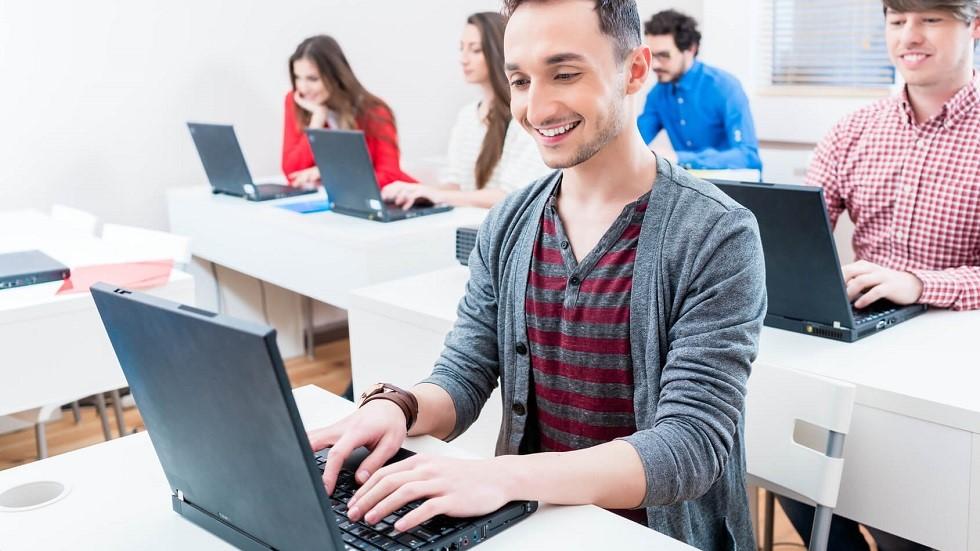 Candidats a l'examen du code revisant devant un ordinateur portable