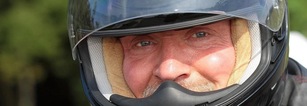 motard montrant ses yeux