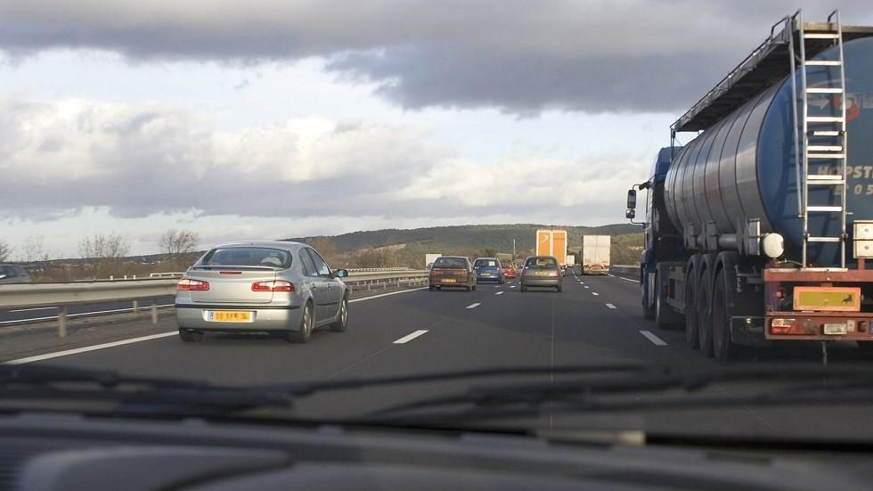 Vehicules depassant un camion sur autoroute