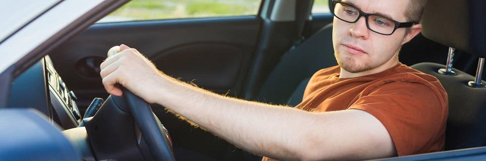 Automobiliste regardant dans son rétroviseur