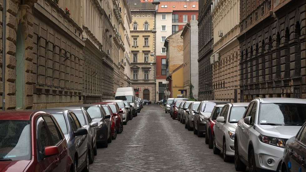 Automobiles stationnant dans une rue a sens unique